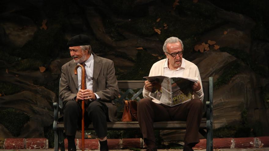 Luis Brandoni y Eduardo Blanco sobre el escenario interpretando 'Parque Lezama'