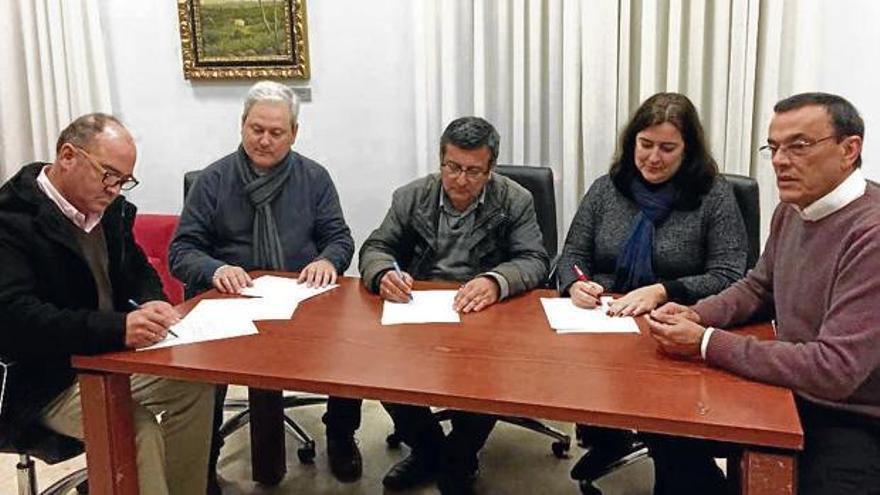 La firma del acuerdo que paró la moción de censura, con Caraballo a la derecha.
