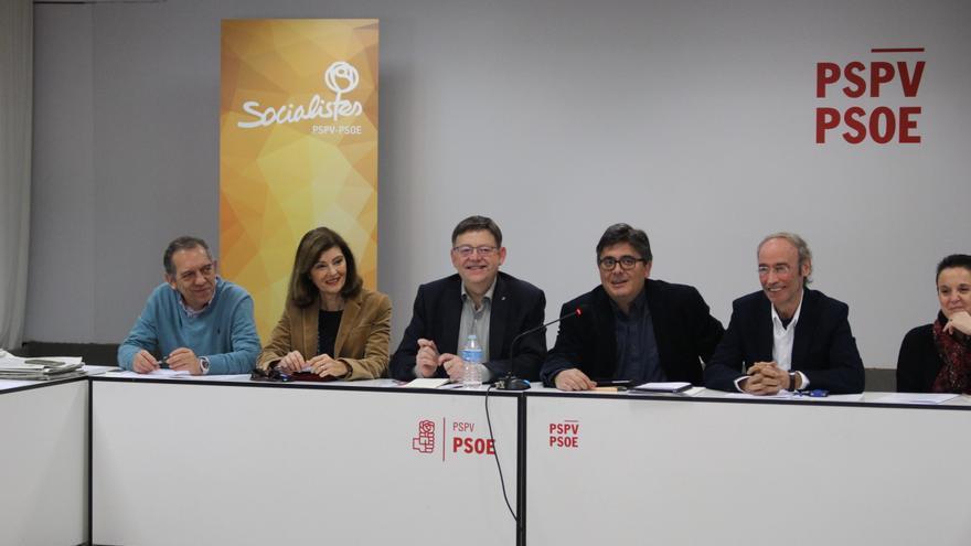Ximo Puig,en el centro, en la reunión de la Permanente de la dirección del PSPV.