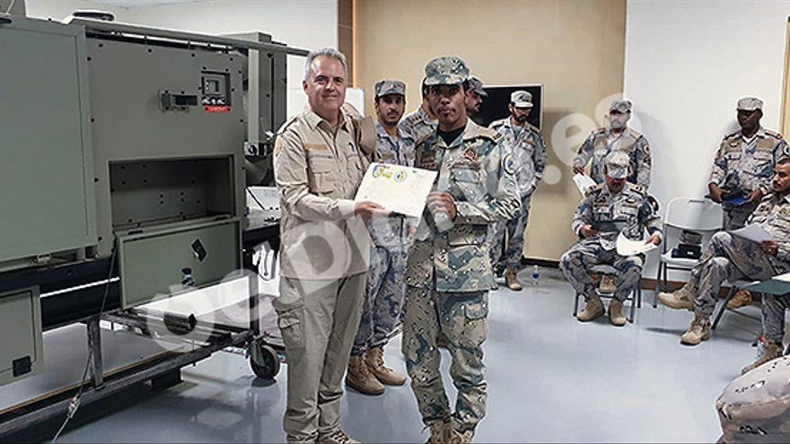 Un empleado de Everis entrega diplomas a los soldados de la Guardia Fronteriza saudí al culminar los entrenamientos.