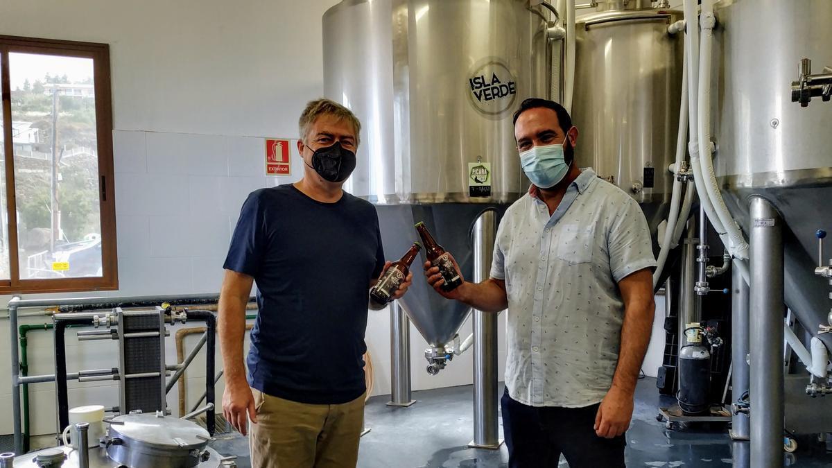 Gino de Reuwe (d) y Marcos Lorenzo en la fábrica de cerveza 'Pícara'.