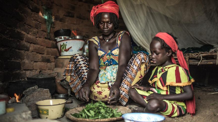 Achta Fadoul, junto a sus hijas Noura y Fatima Zara, cocinando, vive en Midjiguir, a 23 kilómetros de Mangalmé, en la región de Guera (Chad) / FOTO: Pablo Tosco - Oxfam Intermón