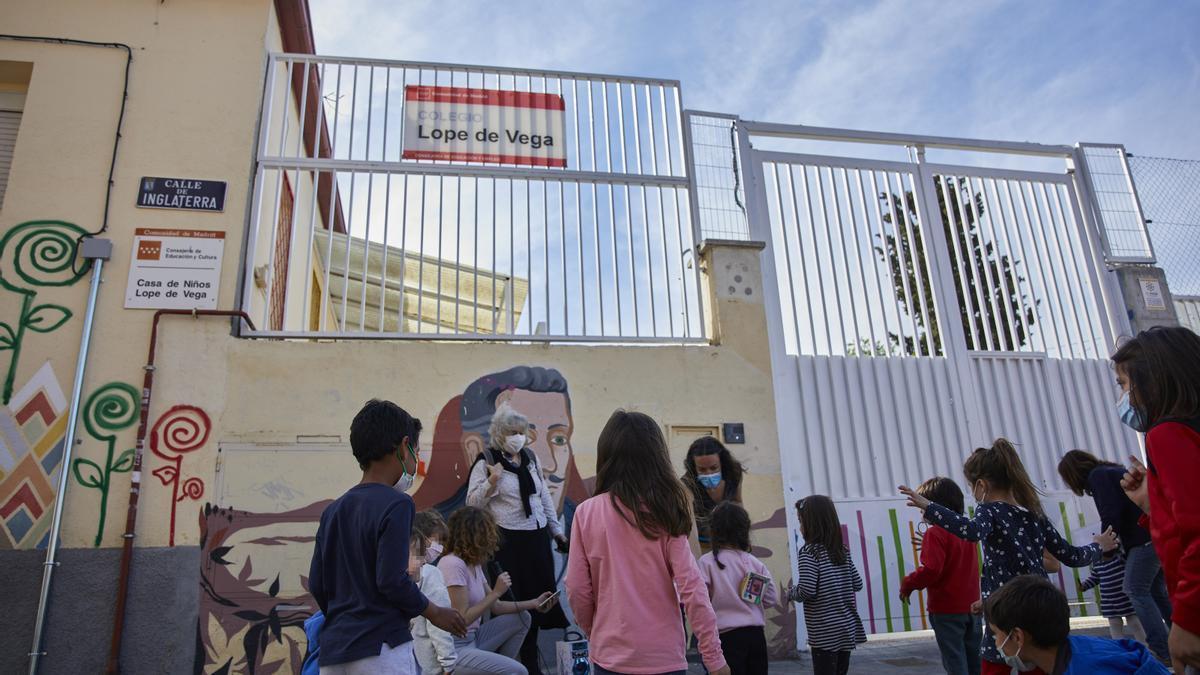Varios niños en el patio de la escuela Lope de Vega.