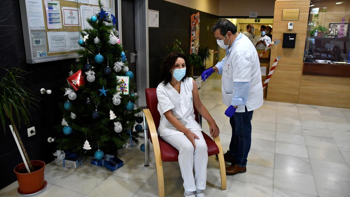 Una sanitaria recibe una vacuna. EFE/ Carlos Barba/Archivo
