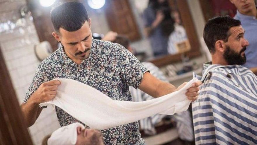 Ayoze Medina en plena acción durante un afeitado