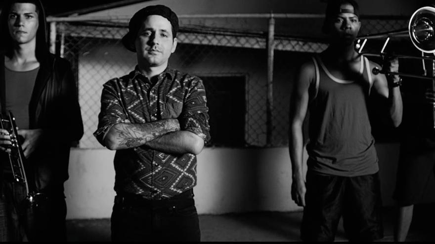 """Eduardo Cabra, """"Visitante"""", compositor de Calle 13, en el videoclip de """"Adentro"""""""