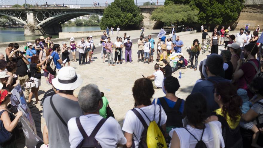Un nutrido grupo de personas han recibido a la caravana 'Rompiendo fronteras'