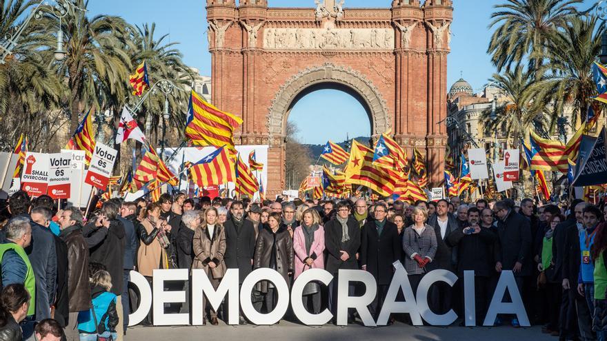 Los acusados en el juicio por el 9-N, con los miles de manifestantes en el paseo de Lluís Companys