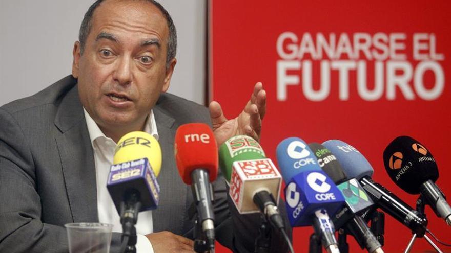 El diputado socialista y secretario de Organización del PSOE de Canarias, Julio Cruz. (EFE/Cristóbal García).