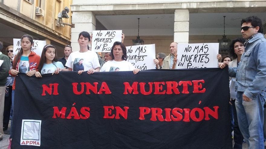 La Asociación Pro Derechos Humanos de Andalucía (APDHA) se ha concentrado esta mañana a las puertas de los Juzgados de Prado de San Sebastián de Sevilla para denunciar las numerosas muertes que tienen lugar dentro de las cárceles andaluzas