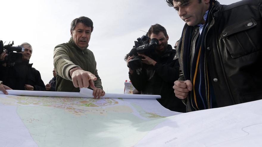 El expresidente de la Comunidad de Madrid Ignacio González y el alcalde de Alcorcón, David Pérez, en febrero de 2013 durante una visita a los terrenos elegidos para instalar el proyecto fallido de Eurovegas / JuanJo Martín \ EFE