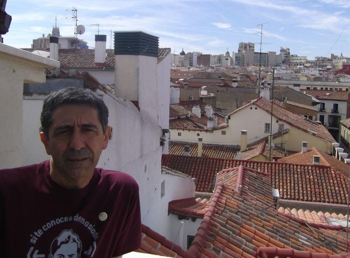Juan Carlos González, en la terraza de Pozas 14 | Foto: Somos Malasaña