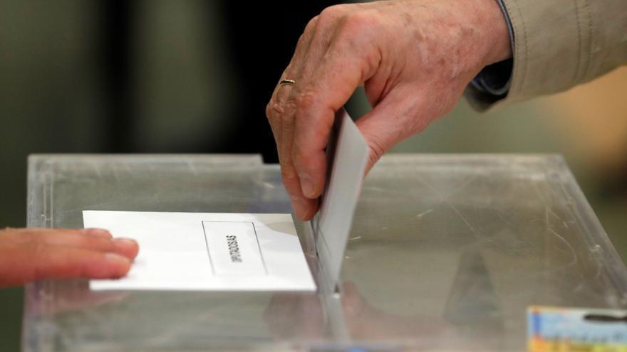 Un hombre ejerce su derecho al voto. EFE/Zipi/Archivo