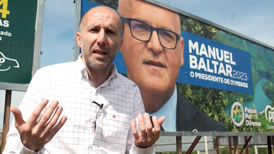 Gonzalo Pérez Jácome, líder de Democracia Ourensana, ante una valla publicitaria de Baltar en un vídeo electoral