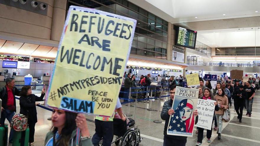 """Concentraciones espontáneas reciben a inmigrantes con el lema de """"refugiados bienvenidos"""" en ciudades de todo el país"""