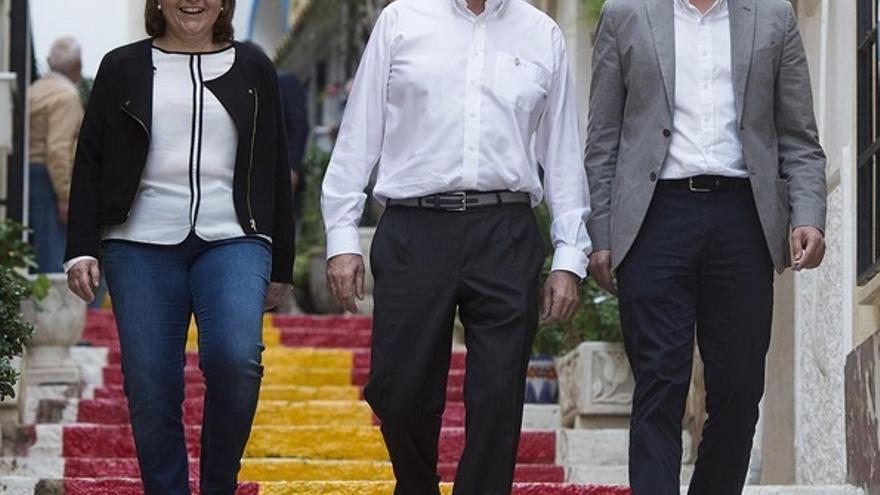 Isabel Bonig y Mariano Rajoy en Calp (Alicante), con el alcalde de la localidad, César Sánchez.