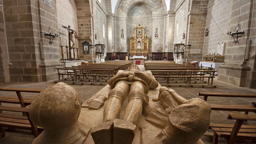 Sepultura en la iglesia de Santa María de Almocóvar, en Alcántara / Turismo de Extremadura