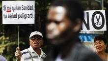 Protesta contra la reforma que propició la exclusión sanitaria de los inmigrantes.