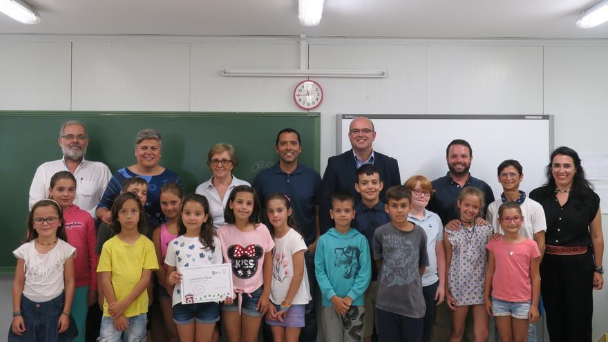 La alumna premiada junto a sus compañeros de 3º de Primaria del CEIP La Laguna.