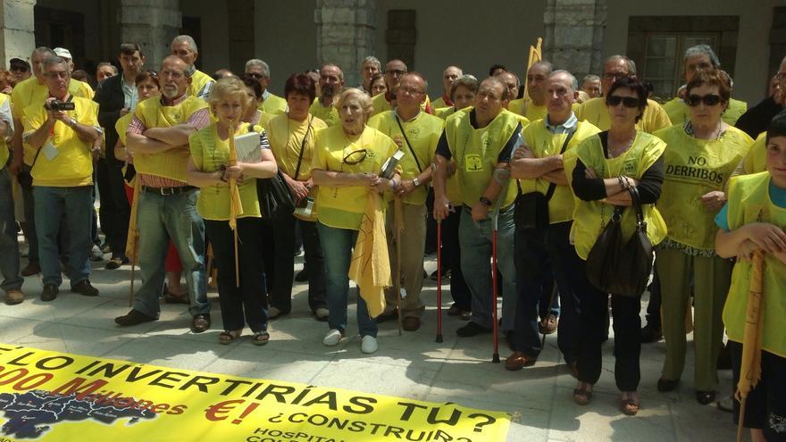 El colectivo de afectados por las sentencias de derribo, durante de una de sus concentraciones en el Parlamento de Cantabria