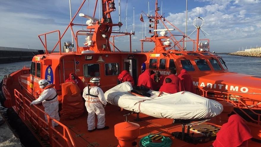 Trasladadas a Tarifa 20 personas rescatadas de dos pateras en la zona del Estrecho