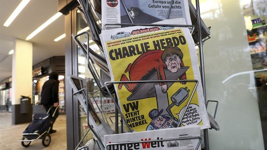 """""""Charlie Hebdo"""" debuta en alemán con Merkel de portada y los ultras al cierre"""