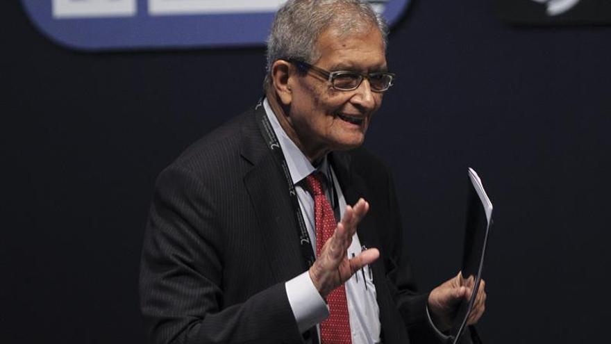 """La censura india ordena tapar con pitidos a premio nobel al decir """"vaca"""""""