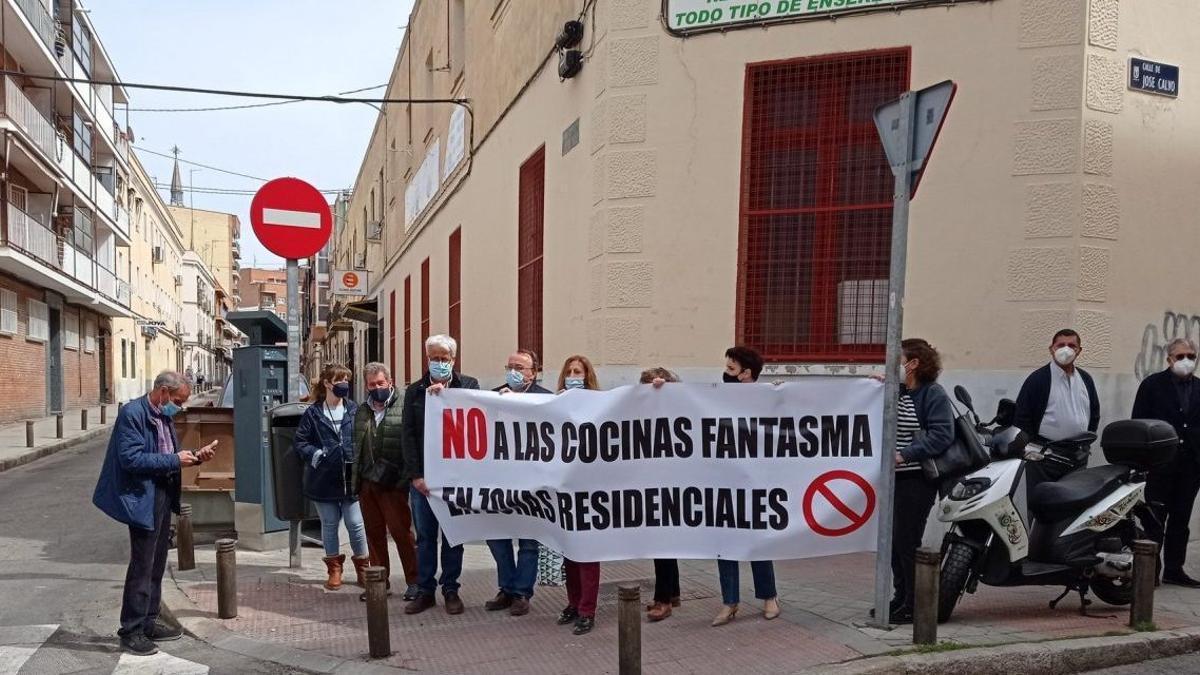 Vecinos afectados por las cocinas fantasma manifestándose en la calle José Calvo