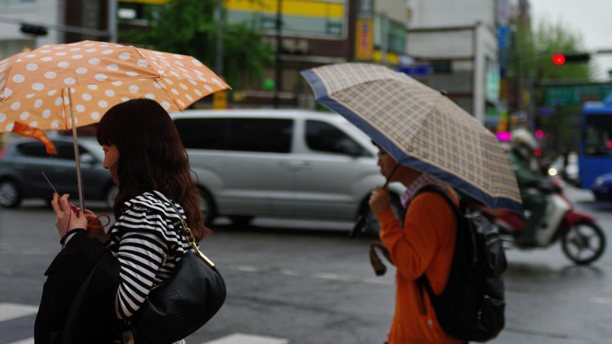 Dos jóvenes pasean por el centro de Seúl