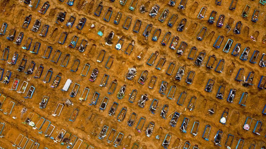 Sepultamientos en el cementerio Nossa Senhora Aparecida, en Manaus (Amazonas).