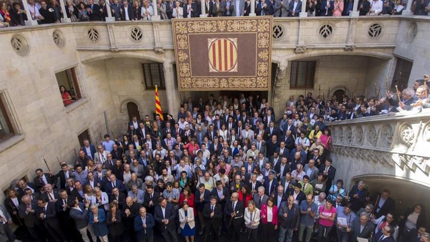 Puigdemont y Colau arropan alcaldes investigados, que se reafirman en el 1-O