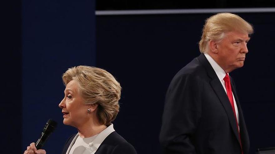 Fotografía del debate del 9 de octubre entre los candidatos a la presidencia Donald Trump (d) y Hillary Clinton (i).
