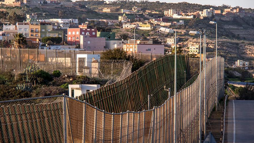 Frontera española con Marruecos, valla de 3 metros de altura con concertinas