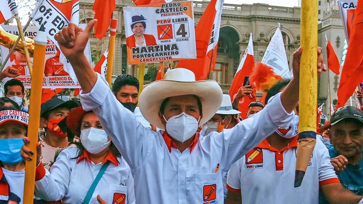 Antes de convertirse en político, Pedro Castillo fue maestro y en 2017 lideró una larga y exitosa huelga docente. Los amarillos lápices escolares son símbolo y bandera de Perú Libre.