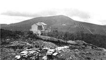 """Vista de la cima del Saibigain desde el santuario de Urkiola.  Los intensos combates librados allí en la primera quincena de abril de 1937 hicieron que fuese bautizado como """"monte de la sangre"""" (Archivo General de Gipuzkoa)."""