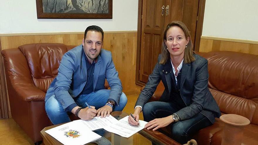 Jonathan Felipe y Cristina Hernández durante la firma del convenio.