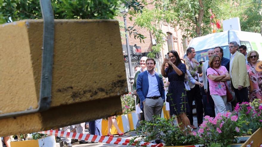El alcalde de Madrid y la vicealcaldesa, José Luis Martínez-Almeida y Begoña Villacís, durante la reversión de la calle Galileo.