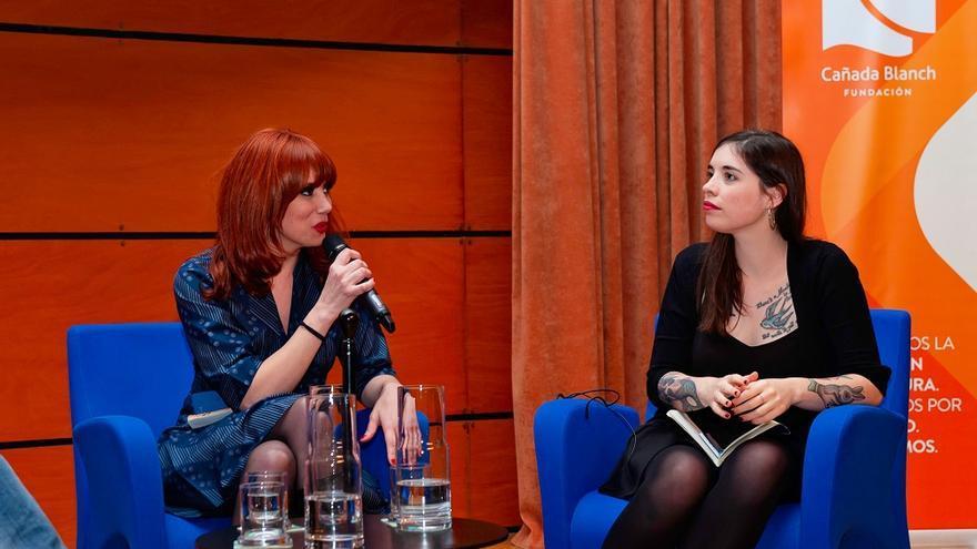 La ilustradora Paula Bonet, junto a la escritora Luna Miguel, ayer durante la inauguración del ciclo 'Mujeres de hoy'.