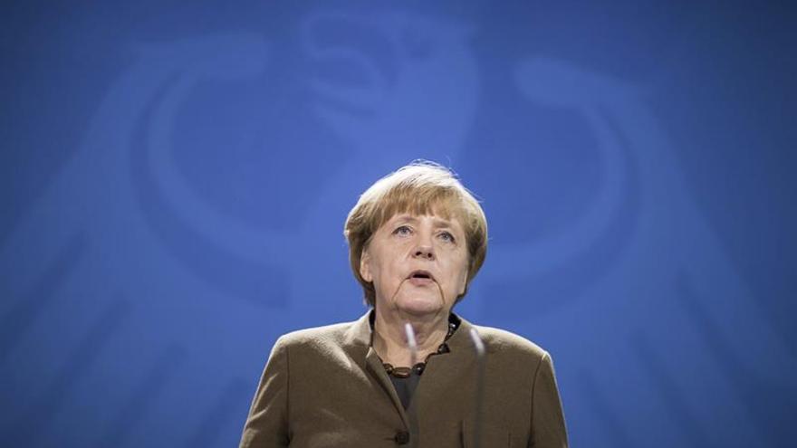 Merkel enfrenta el año electoral entre críticas pero sin rivales