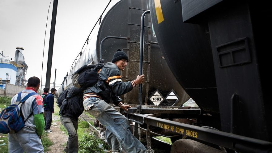Migrantes centroamericanos subiendo al tren en marcha en México/ Edu Ponces / Elfaro.net / RUIDO