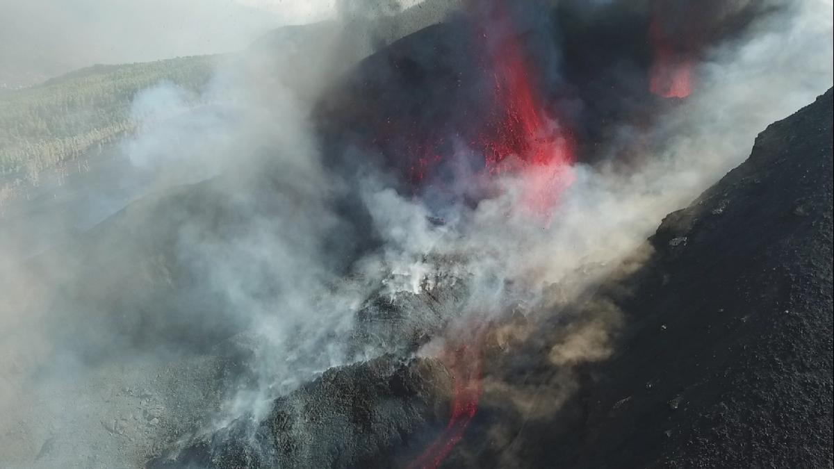 El cráter del volcán de La Palma grabado con los drones del IGN y GES sobre los centros de emisión.
