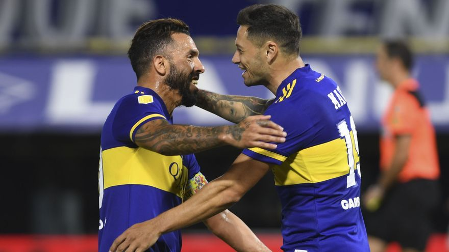 Mauro Zárate festeja con Carlos Tevez el gol que le dio la victoria a Boca sobre Defensa y Justicia