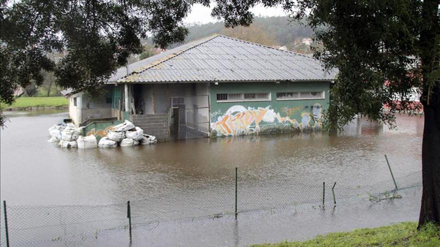 El Miño sube 2 metros en 24 h y obliga a suspender las clases en un colegio lucense