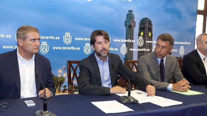 El director insular de Movilidad, Manuel Ortega y el presidente del Cabildo de Tenerife, Carlos Alonso. Ramón de la Rocha (EFE)