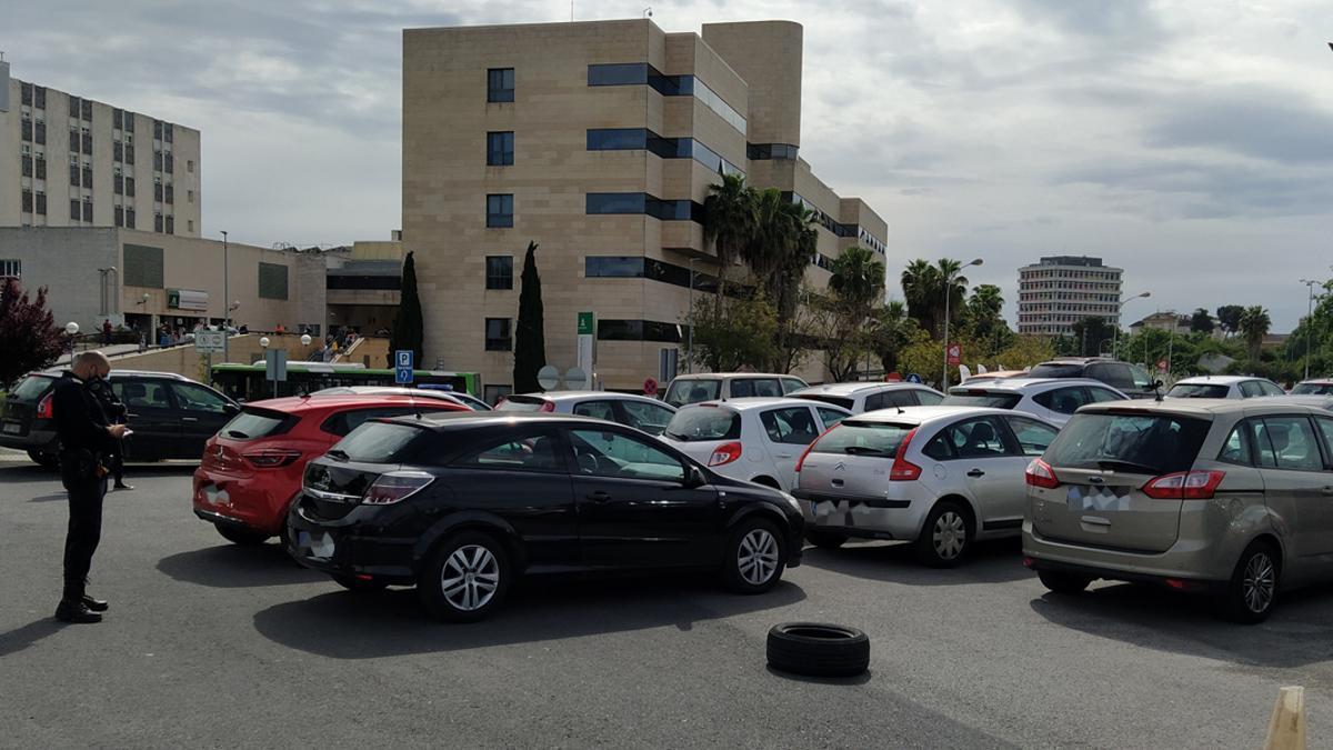 Un agente anota las matrículas de los coches aparcados
