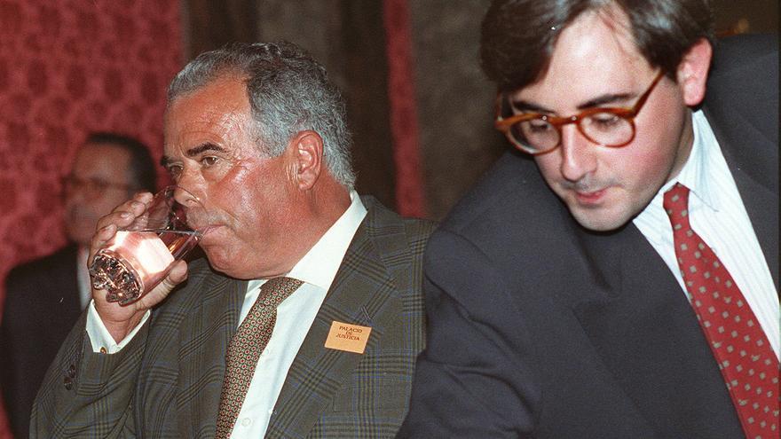 El ex jefe de finanzas del PP Rosendo Naseiro (izquierda), en el Tribunal Supremo. / Efe / D. Blanco
