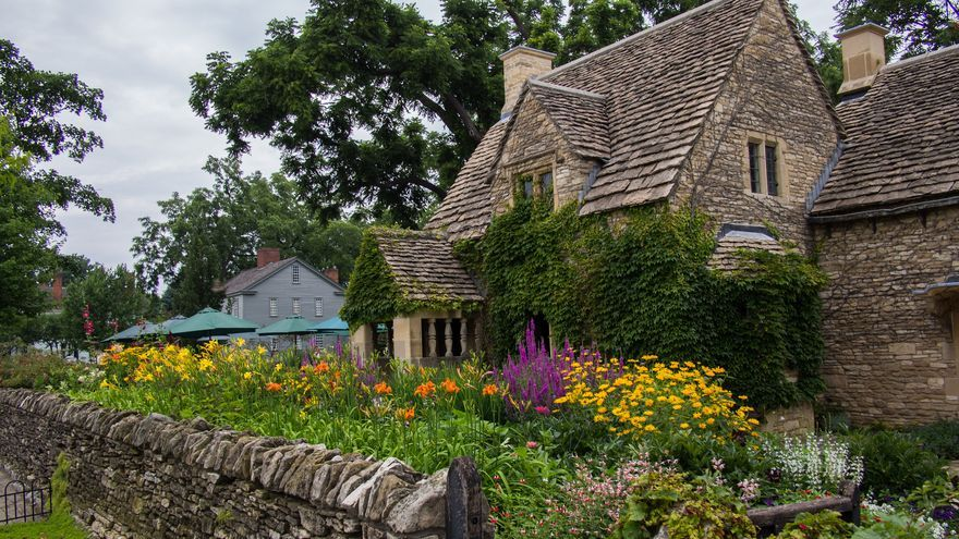 Típica casa de piedra con jardín de los Cotswolds. F. D. Richards