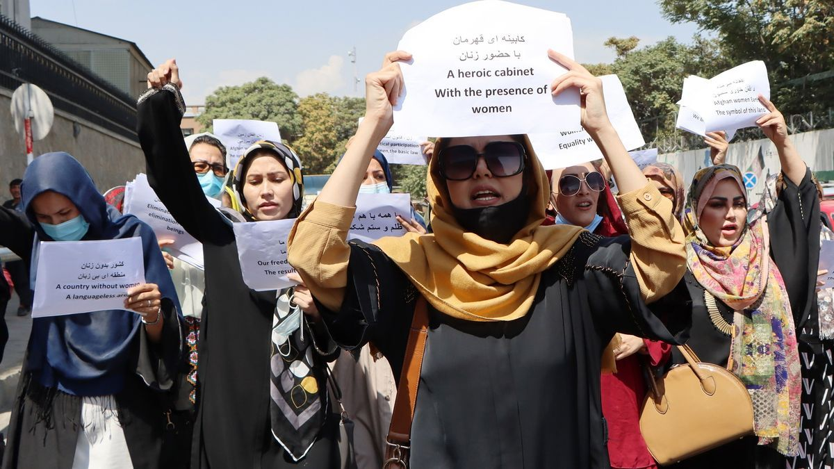 "Las manifestantes portaban este sábado en Kabul carteles donde se leía :""Un gabinete heroico con presencia de mujeres"""
