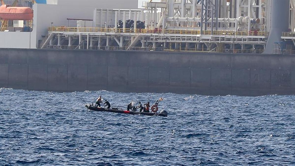 La embarcación neumática de la Guardia Civil en las labores de rescate en la zona del pecio. EFE/ Elvira Urquijo A.