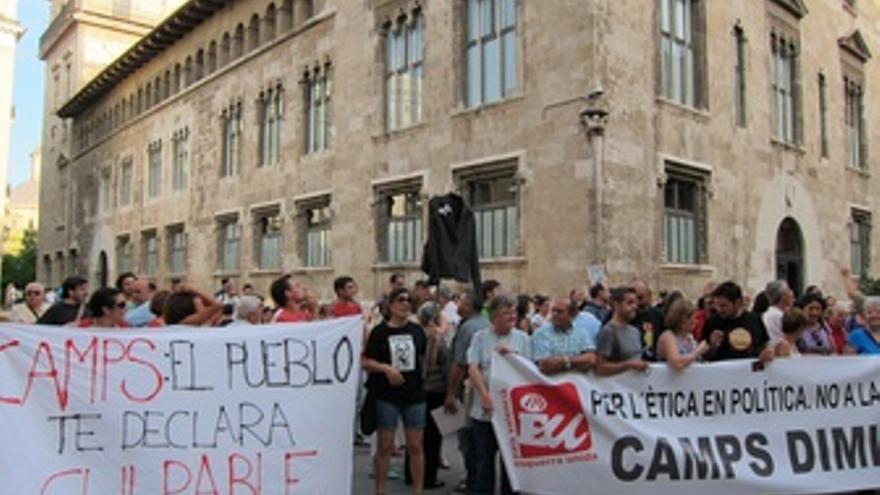 Manifestantes Exigen La Dimisión De Camps Ante El Palau De La Generalitat